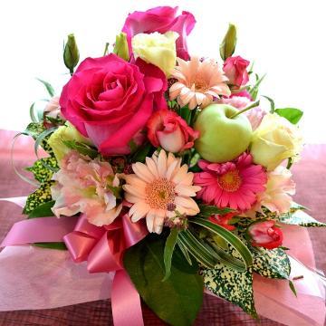 <フジテレビフラワーネット> キュートなアレンジ LoveSong (バラのフラワーアレンジメント)ピンク系 誕生日、結婚記念日、御祝い、敬老の日画像