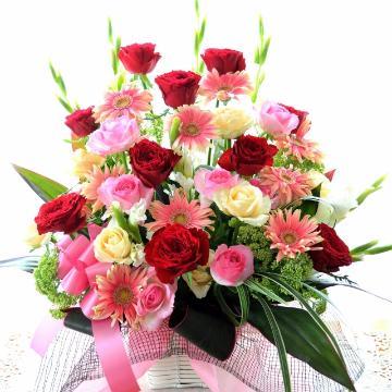 <フジテレビフラワーネット> フィガロの結婚  (バラとガーベラのフラワーアレンジメント)赤ピンク系 開店祝い、開業祝い、周年祝い、就任祝い、移転祝い、劇場、発表会画像
