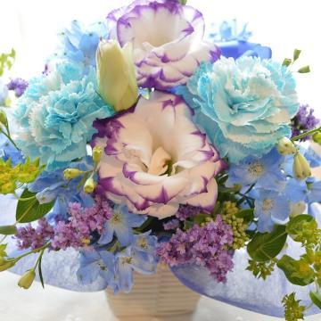 キュートなアレンジ BluePurple (カーネーションとトルコキキョウのフラワーアレンジメント)ブルー系 誕生日、結婚記念日、お祝い
