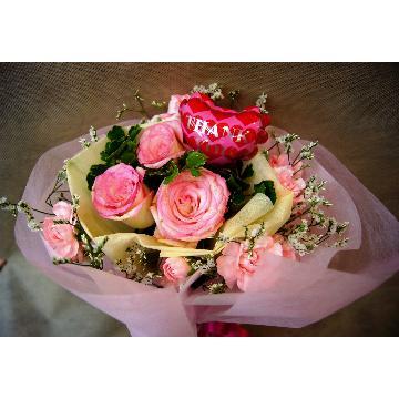 ピンクのバラやカーネーションがいっぱいスイートブーケ