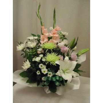 <フジテレビフラワーネット> お悔やみのお花、スー・ル・ヴァンのアレンジ画像