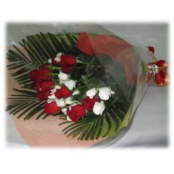 赤・白のバラの花束