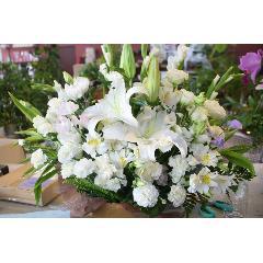 お供えに贈るアレンジメント。「エレミア」洋花で感謝の気持ちをつたえよう。