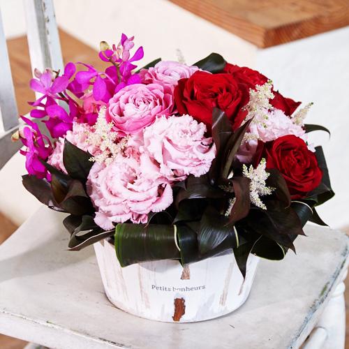 赤バラとトルコギキョウのアレンジメント