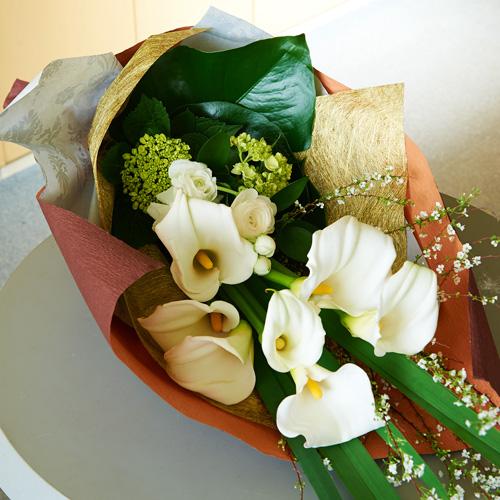 <フジテレビフラワーネット> 春を呼ぶ白いカラーとラナンキュラスの花束