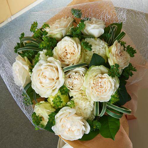 白いバラとトルコギキョウのエアリーブーケ